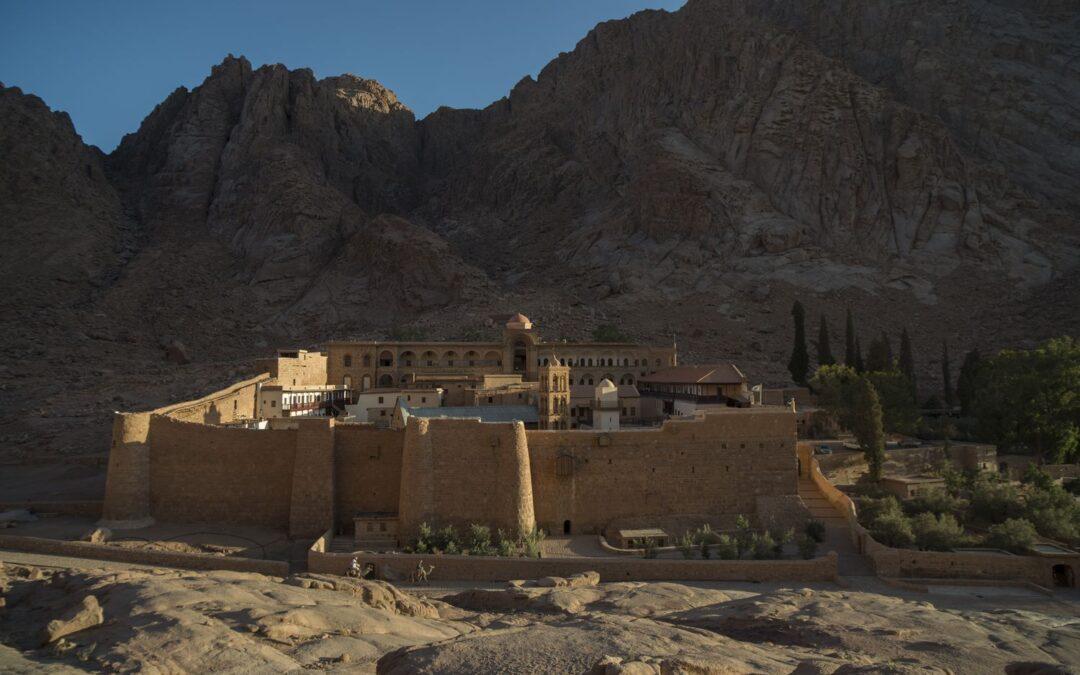 El padre Justín es el guardián de los códices del Monte Sinaí