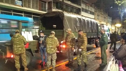 Fuerzas Armadas y ex Combatientes de Malvinas reparten juntos en Rosario comida caliente entre quienes viven en la calle
